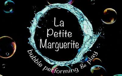 "Performance σαπουνόφουσκας από την καλλιτεχνική ομάδα ""La Petite Marguerite"""